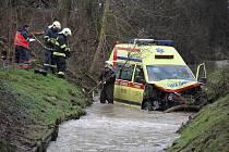 Nehoda sanitky a osobního vozu v Domažlicích ve středu 19. ledna 2010.