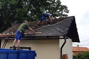 Oprava střechy hasičské zbrojnice jim trvala dva dny.