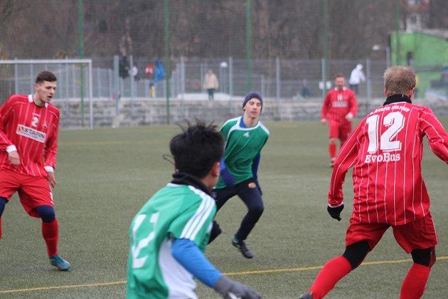 FK Tachov (vzeleném) - FK Holýšov (včerveném) 6:4.
