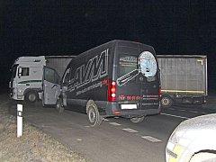 KAMION posloužil policistům jako zátaras, který zastavil Poláka prchajícího v ukradeném autě. Řidiče  čeští i němečtí policisté stíhali od přechodu Rozvadov a dopadli ho až u Vránova.