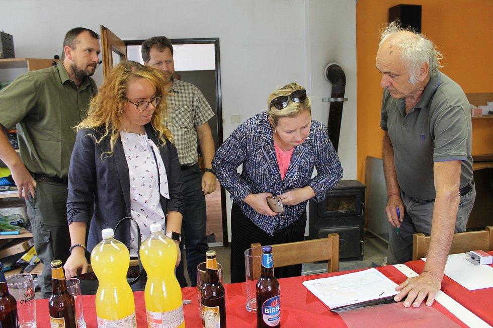 Schůzka kdyňských rybářů s členkou rady Plzeňského kraje Radkou Trylčovou.