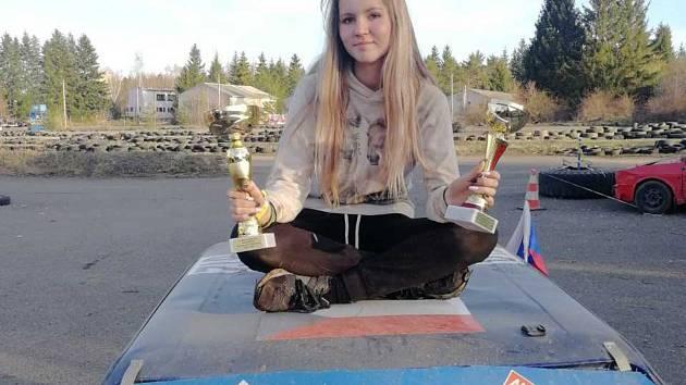 Patnáctiletá Jana Míková z Tachova je podle pelhřimovské Agentury Dobrý den českou rekordmankou v nejnižším věku jezdkyně na oficiálních automobilových závodech. Poprvé na nich startovala nedlouho po svých jedenáctinách v Domažlicích.