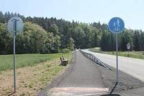 Cyklostezka je nově zbudovaná v úseku Staňkov – Krchleby. Nechybí ani lavičky k posezení.