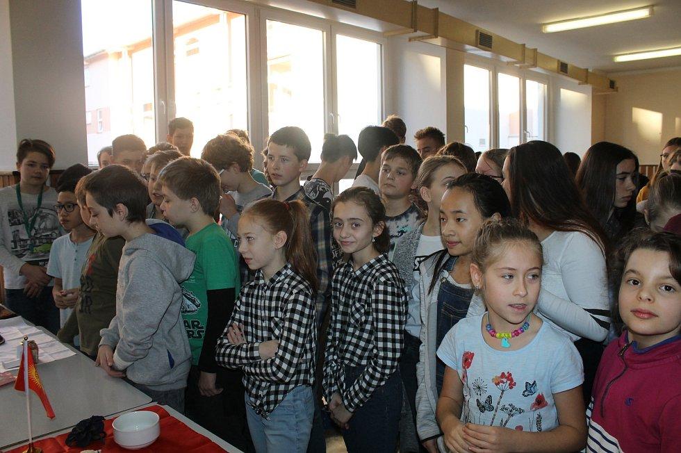 Zahraniční studenti nadchli žáky domažlické základní školy.