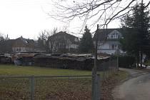 Mezi klasickými chatkami se v zahrádkářských koloniích objevují i výstavní rodinné domy.