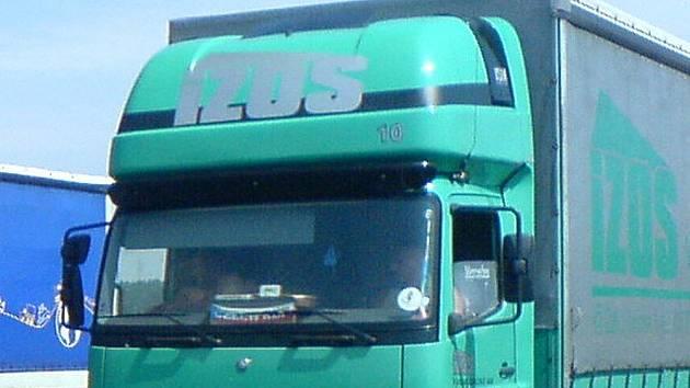 Řidiči náklaďáků mají v kabině svoji malou domácnost, neboť většinu týdne tráví na cestách. Ilustrační foto.