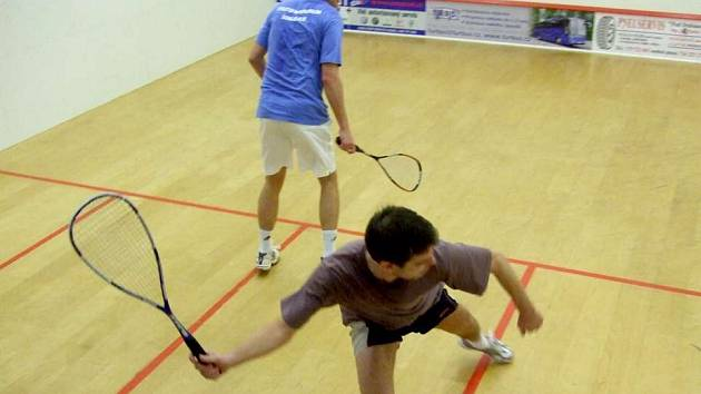 SQUASHOVÝ TURNAJ. Na snímku jsou David Pauler (vpředu) a Lukáš Böhm (vlevo). Zatímco Pauler patří mezi tradiční účastníky squashových turnajů, Böhm je vítězem zatím posledního turnaje konaného ve Sportovním centru.