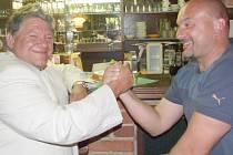 KAMARÁDI SE ROZEJDOU V DOBRÉM. Prezident domažlické fotbalové Jiskry Jaroslav Ticháček (vlevo) popřál bývalému trenérovi Milanu Dejmkovi (vpravo) hodně štěstí v týmu, do kterého Dejmek zamíří.