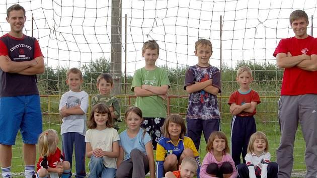 SPOLEČNÉ FOTO. Na snímku jsou účastníci sobotního Fotbalového dopoledne, které proběhlo na klenečském fotbalovém hřišti. Podle slov pořadatelů někteří měli talent a od příští sezony nejspíš nastoupí do mládežnických družstev.
