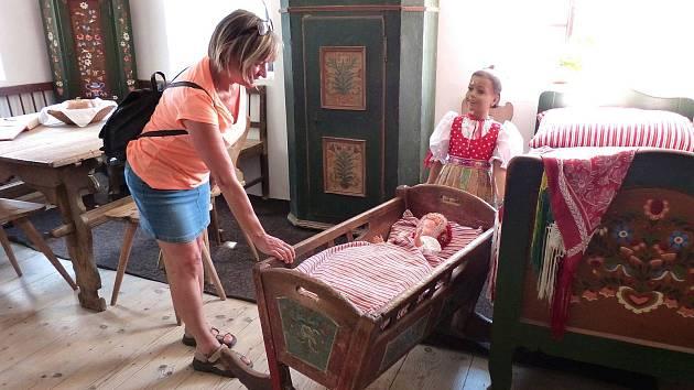 Z Pamětní síně J. S. Koziny. Kolébku pohoupala za svoji nepřítomnou dceru i tato žena z Prahy, která už chce být babičkou.