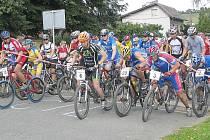 STARTOVNÍ ZÁPAL.  Na start loňského ročníku Brnířovské šlapky se postavila více jak stovka závodníků.