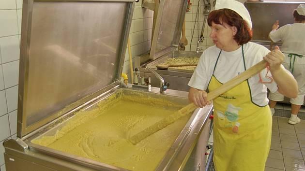 MODERNÍ VYBAVENÍ využívají ke své práci zaměstnankyně domažlické školní jídelny. Samotný areál skladů, zázemí a kuchyně ale potřebuje zásadní renovaci.