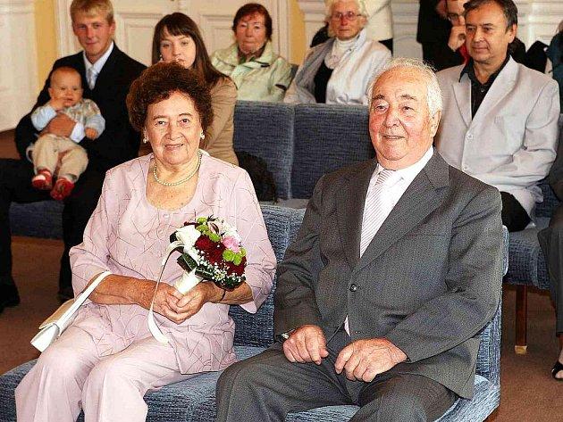 DIAMANTOVÍ MANŽELÉ. Šedesát let společného života si v obřadní síni domažlické radnice připomněli Anna a Václav Lehankovi z Domažlic.