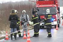 Barely s neznámou látkou zajišťovali u Meclova hasiči v protichemických oblecích.