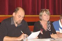 VÁCLAV PERGL A JANA PECLOVÁ  na snímku z jednoho z dřívějších zasedání zastupitelstva.