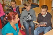 Mladí čtenáři v domažlické knihovně.