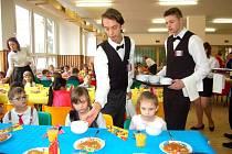 Slavnostní oběd pro prvňáčky v domažlické ZŠ Komenského.