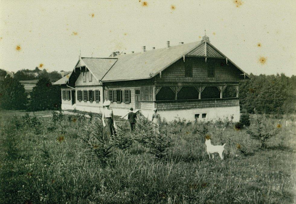 Kniha Po pěšinách Bělskem představuje historii regionu a jeho proměny. Součástí jsou dobové fotografie zaniklých obcí. Na snímku je Valdorf, konkrétně lovecký zámeček.