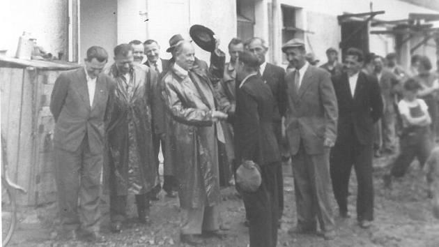 Antonín Zápotocký, prezident ČSR na návštěvě JZD Brnířov v srpnu 1956. Foto: poskytl M. Beneš