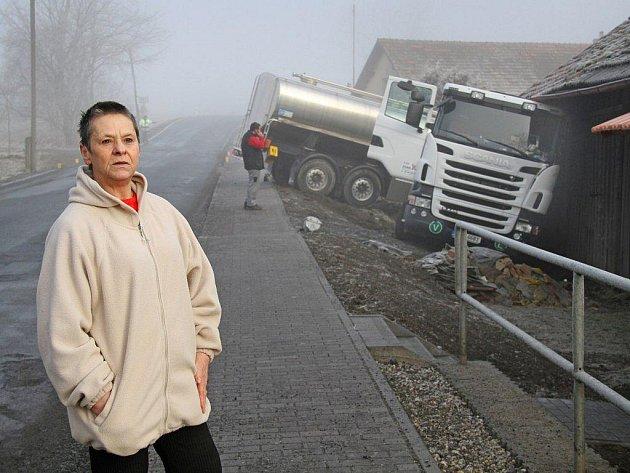 Heleně Petříčkové z Hájku rozbila mlékárenská cisterna stodolu. Během tří let je to už podruhé.   Vloni v březnu  dokonce vrazilo osobní auto přímo do verandy jejího domu. Jak sama říká, nemůže si být jistá, že jí jednou auto nepřistane v ložnici.