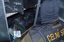 Celníci našli  ukrytá CD a DVD i ´značkové´ oděvy.