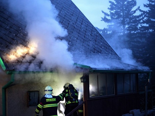 Požár rekreační chalupy v Peci.