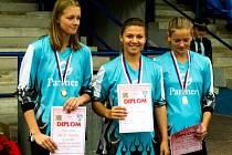 TŘI NEJRYCHLEJŠÍ. V běhu na 100 metrů s překážkami skončila třetí (zleva) Dominika Mereššová, zvítězila Aneta Píchová a druhý nejrychlejší čas měla Karolína Podlipská – všechny členky SDH Poděvousy.