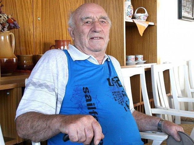 JAN FAIT oslavil letos v srpnu své devadesáté narozeniny. Je nejstarším mužským obyvatelem v domažlickém domově pro seniory, kde se cítí velice spokojený.