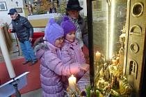 BETLÉM S PEKELNÍKY si prohlédla s babičkou Dobromilou Pittrovou z H. Týna i dvojčata Magdalénka a Markétka Pittrovy z Prahy.