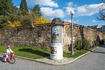Z centra Domažlic se stala galerie pod širým nebem. Zdobí je snímky Zdeňka Zrůsta s motivy Chodska.
