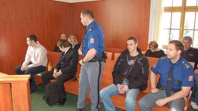 Zleva Jan Nachtigal, Zbyněk Urbánek a Petr Peteřík před domažlickým soudem.