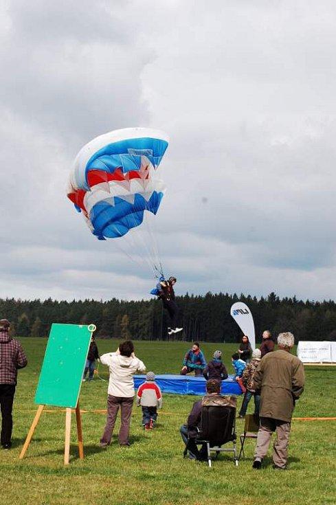 Parašutistická soutěž Chodský čakan 2015 ve Staňkově.