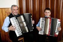 Bohuslav Ježek, nejmladší účastník setkání harmonikářů v Draženově, se svým dědečkem.