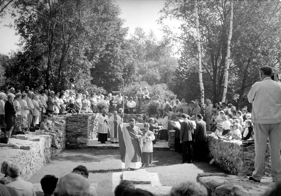 Kniha Po pěšinách Bělskem představuje historii regionu a jeho proměny. Součástí jsou dobové fotografie zaniklých obcí. Na snímku jsou pozůstatky kostela svatého Jana Křtitele. Němci nechali místo v roce 1993 znovu vysvětit.
