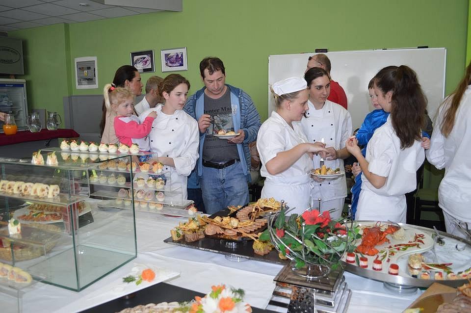 Sedmnáct žáků SOU Domažlice se zúčastnilo odborného kurzu studené kuchyně. Tradičně ho vedl Vladimír Picka, pod jehož vedením se  studenti naučili různým technikám přípravy, estetice i správnému servírování.