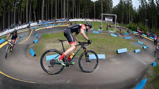 Nadějného cyklistu závodním kolotočem napříč Evropou provedlo kolo španělské značky Mondraker. Tým Skibikecentrum mu poskytl lahůdku v podobě celoodpruženého kola.