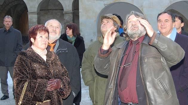 Jaroslav Šindeláře (na snímku druhý zprava, mezi poslancem Janem Látkou a starostou H. Týna Josefem Holečkem) vlevo ředitel ZOD Mrákov Josef Forst s manželkou.