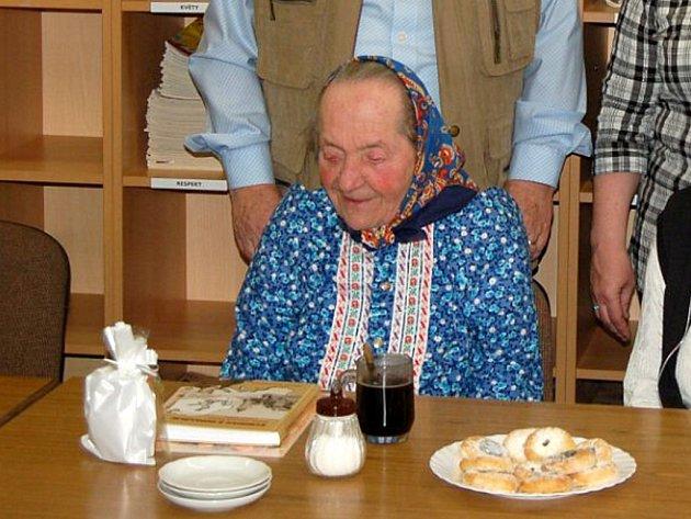 MARIE STODOLOVÁ je věrnou čtenářkou domažlické knihovny.