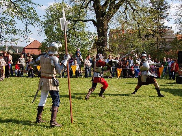 V zámeském parku uspořádali šermíři velkou šou.