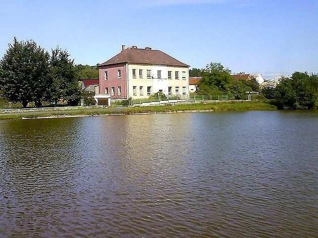 Na pozadí rybníka v Semněvicích stojí budova staré školy. Tento pohled je  jednou z dominant obce, proto obec usiluje o získání dotace k vyčištění a opravě rybníka. Jak naloží s nevyužívanou školou, ještě netuší.