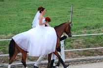 Nevěsta přijela k oltáři na koni.