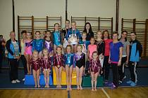 O CENU CHODSKA VE SPORTOVNÍ GYMNASTICE. Domažlické gymnastky (na společném snímku s trenérkami) dosáhly výrazného úspěchu na jubilejním 25. ročníku závodu ve sportovní gymnastice  O cenu Chodska.