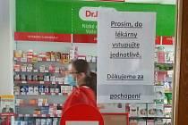 Opatření mají i lékárny. Takto to vypadalo v lékárně v Domažlicích.