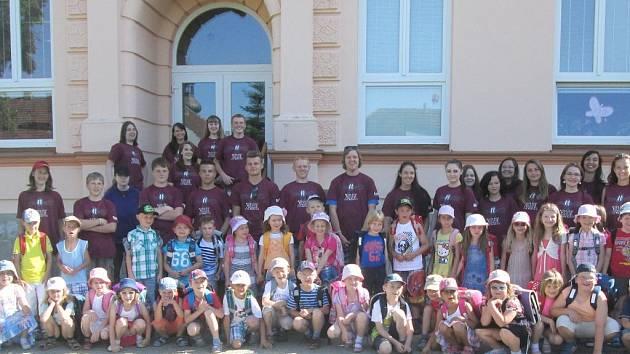 Společná fotografie 'velkých školáků', deváťáků ze ZŠ Staňkov, a jejich kolegů, dětí ze staňkovské mateřské školy