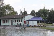 Hospoda je na přechodnou dobu kvůli rekonstrukci uzavřena. Místo toho funguje posezení u rybníka na návsi.