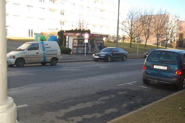 U novinového stánku v Mánesově ulici si chtěl majitel auta jen odskočit pro noviny. Zloděj neváhal a odvezl automobil i se psem.