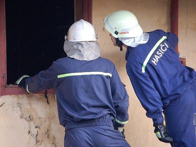 Ilustrační snímek ze zásahu hasičů u požáru v domě.