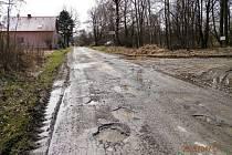 Výtluky před vjezdem do obce Rybník.