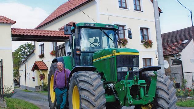 Jan Kreysa před statkem v Horní Kamenici u Staňkova. Kořeny rodu sahají až do 17. století.