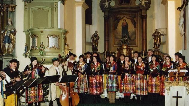Vánoce zpestřil v Trhanově Vánoční koncert Mrákovského souboru. Foto: archiv OÚ Trhanov